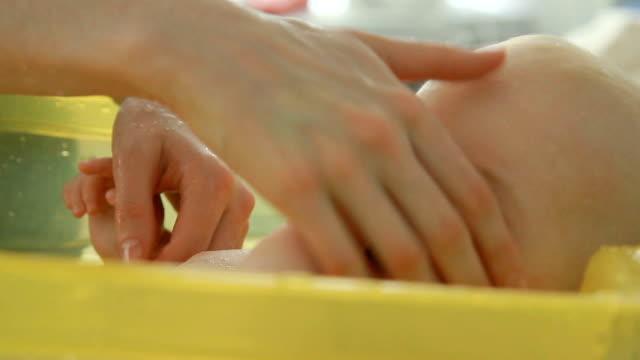 vídeos y material grabado en eventos de stock de madre baña a su hijo de 6 meses - 6 11 meses
