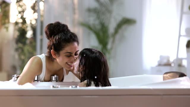 stockvideo's en b-roll-footage met mother bathing her daughter in bathtub, delhi, india - eskimokus geven