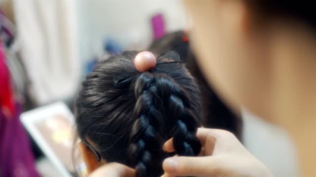 母は娘を編んだ - 髪をブラシでとく点の映像素材/bロール