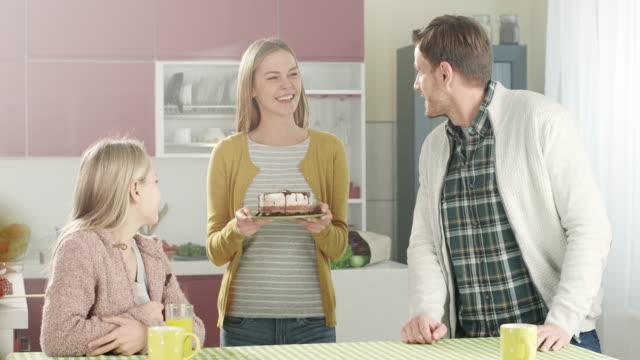 stockvideo's en b-roll-footage met moeder brengt een taart - echtgenoot
