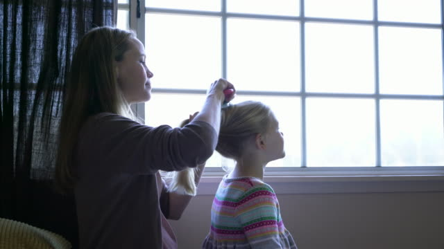 ms mother brushing her daughters hair - haar nach hinten stock-videos und b-roll-filmmaterial