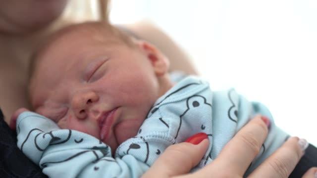 母の眠る新生児 - 生後1ヶ月点の映像素材/bロール