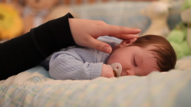Mutter Erde liebkost Jungen Kleinkinder