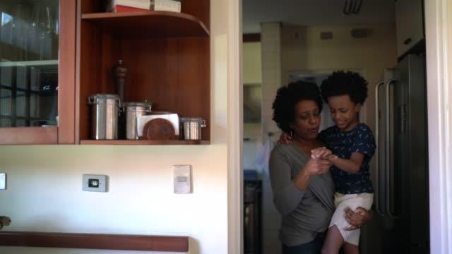 自宅で怪我をした後、彼の息子を気遣う母親 - 絆創膏点の映像素材/bロール