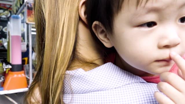vídeos de stock, filmes e b-roll de mãe carregando a menina infelizmente realmente emocional - bebês meninas