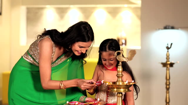 vídeos y material grabado en eventos de stock de mother celebrating diwali festival with her daughter, delhi, india - bandeja para servir