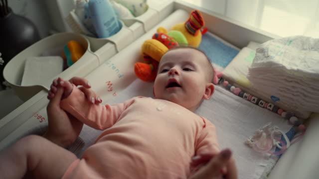 vídeos de stock e filmes b-roll de mother checking on her little baby girl - fralda