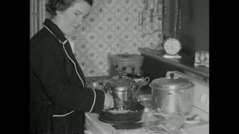 vídeos y material grabado en eventos de stock de 1952 mother cooks breakfast, girls receive money as christmas presents home movie - cocina electrodomésticos