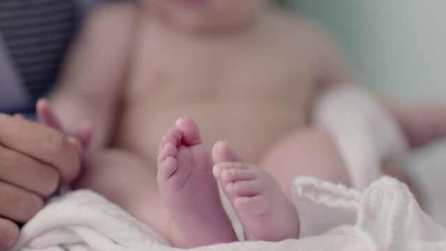 vídeos de stock, filmes e b-roll de mother cradles lively baby - dedo humano