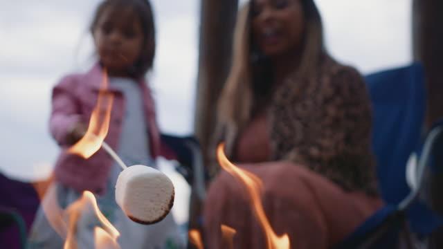 vídeos de stock, filmes e b-roll de mother daughter roasting marshmallows - cadeira dobrável