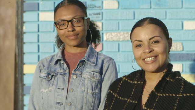 vídeos de stock, filmes e b-roll de mother daughter - jaqueta jeans