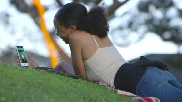 vídeos y material grabado en eventos de stock de mother daughter - de descendencia mixta