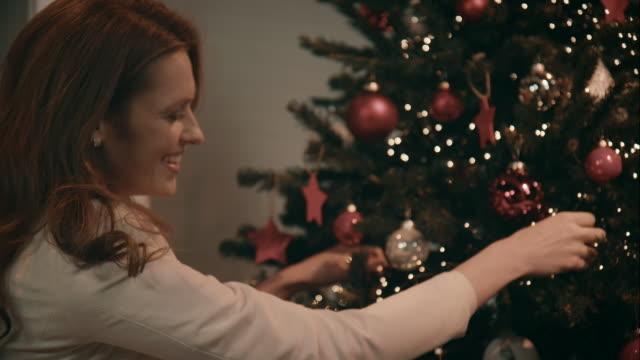 Madre Decorare l'albero di Natale