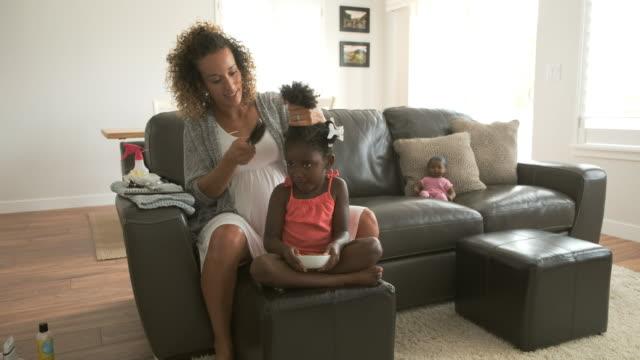 vídeos y material grabado en eventos de stock de pelo de una madre haciendo la hija - rizado peinado
