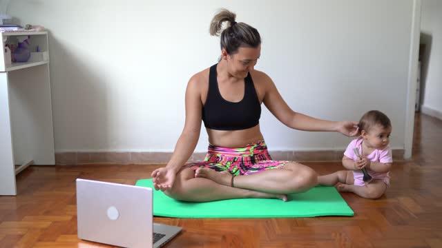 vídeos de stock, filmes e b-roll de mãe fazendo yoga com menina em casa - praticar