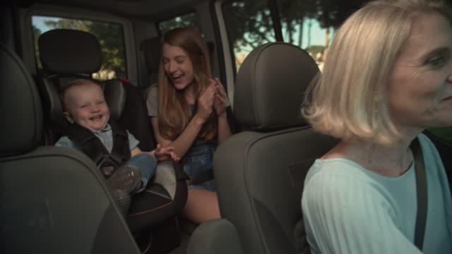 子供と一緒に車を運転する母親 - safety点の映像素材/bロール