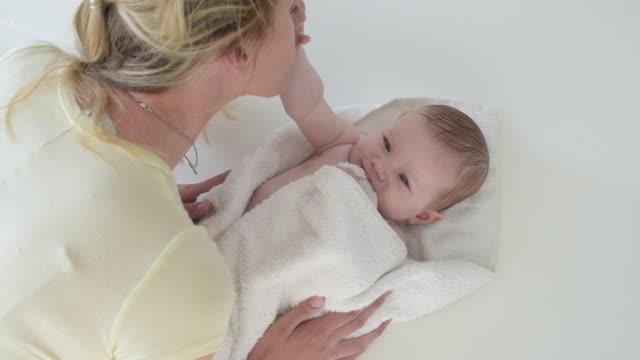 vídeos y material grabado en eventos de stock de mother drying off baby after bath - secar