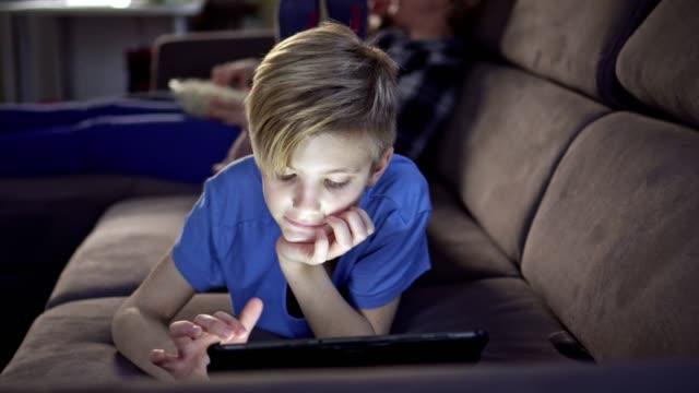 vídeos y material grabado en eventos de stock de madre disfrutando de tiempo libre con sus hijos - chicos adolescentes