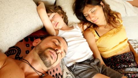 mutter, vater und sohn schlafen auf dem sofa zu hause - tag stock-videos und b-roll-filmmaterial