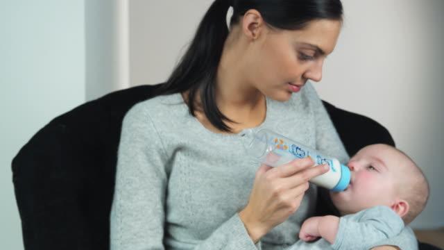 vidéos et rushes de ms mother feeding baby boy (2-5 months) with bottle, brussels, brabant, belgium - 2 5 mois