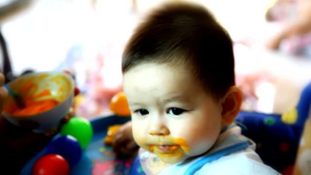 stockvideo's en b-roll-footage met mother feeding baby - alleen één jongensbaby