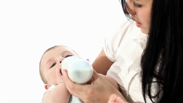 stockvideo's en b-roll-footage met mother feeding her child - voeren