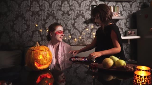 母娘を与えるハロウィーンのキャンディ - decoration点の映像素材/bロール