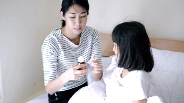母の寝室に彼女の娘の薬を与える - 身体症状点の映像素材/bロール