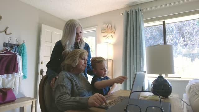 vídeos y material grabado en eventos de stock de madre abuela y joven chile masculino en esperanza disfrutando de tiempo de calidad juntos serie de vídeo - 4 5 años