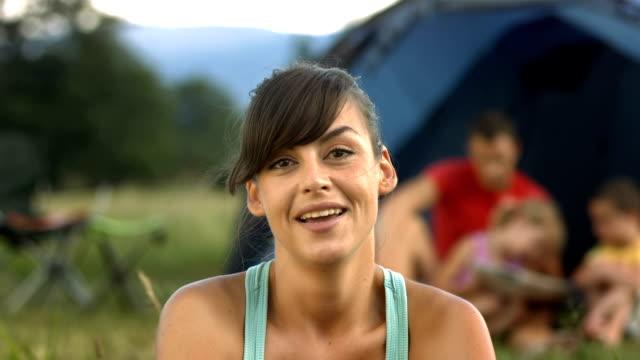 hd: mutter, ein video unter der campingplatz - winken stock-videos und b-roll-filmmaterial