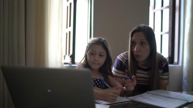 vídeos de stock, filmes e b-roll de mãe ajudando filha estudando usando laptop em casa - incentivo