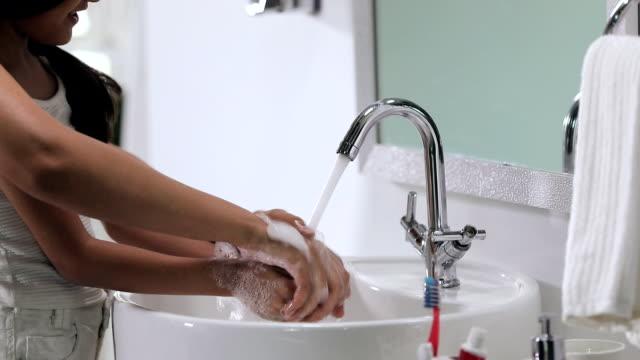 stockvideo's en b-roll-footage met mother helping her daughter to wash hands, delhi, india - badkamer huis