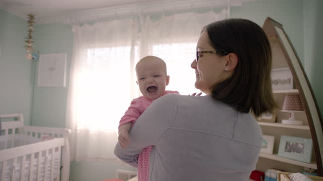 stockvideo's en b-roll-footage met mother hold crying baby - vasthouden
