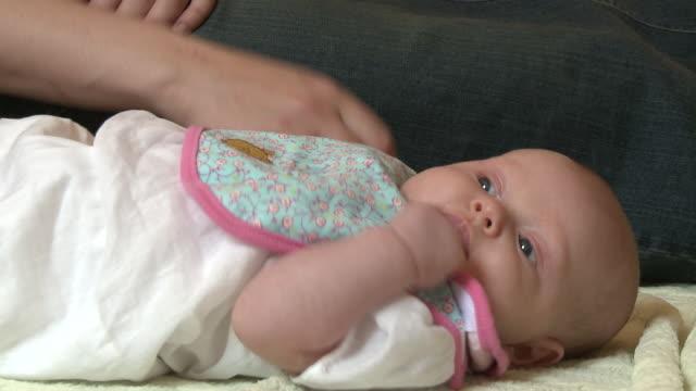 vídeos de stock e filmes b-roll de cu zi mother holding baby girl (2-5 months) hand / kalispell, montana, usa - 2 5 meses