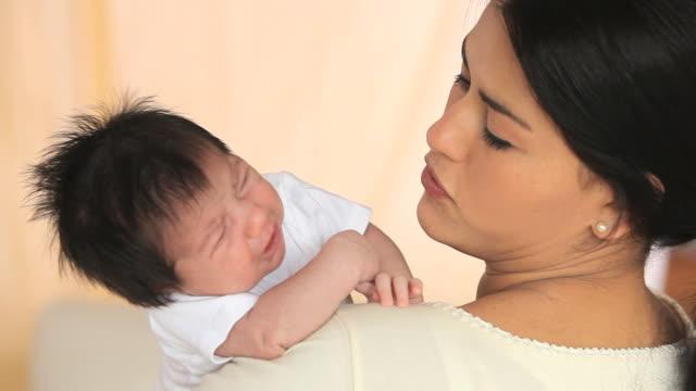 vídeos de stock e filmes b-roll de cu mother holding baby girl (2-5 months) / richmond, virginia, usa - 2 5 meses