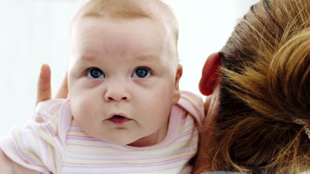 stockvideo's en b-roll-footage met moeder bedrijf baby - omkijken