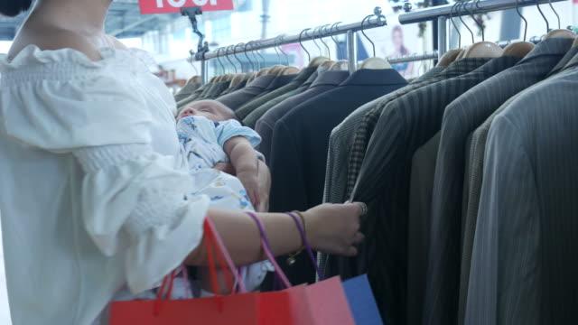 Mutter Baby halten während des Einkaufs