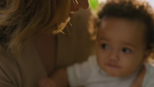 vídeos de stock e filmes b-roll de mother holding girl - 6 11 meses