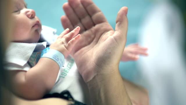 vídeos de stock, filmes e b-roll de mãe, segurando a mão de um bebê - família de duas gerações