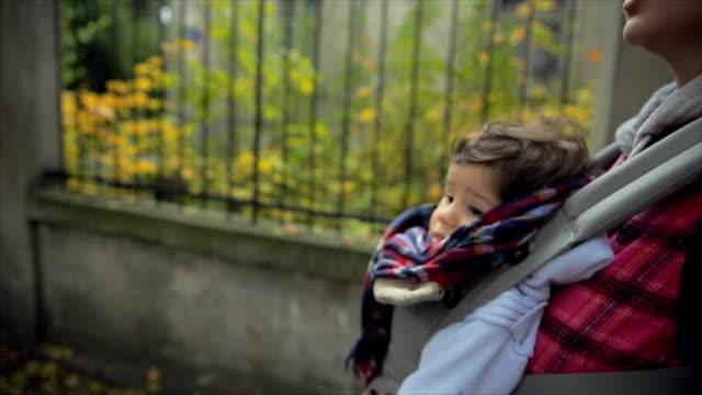 vídeos y material grabado en eventos de stock de madre sosteniendo a su bebé bebé repartidor - carrying