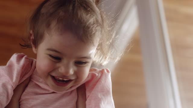 stockvideo's en b-roll-footage met moeder bedrijf zijn meisje van de baby in de lucht - in de lucht zwevend