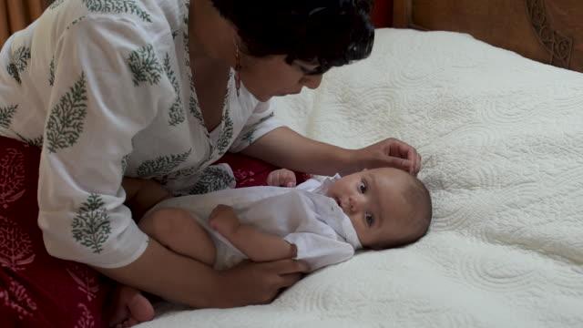 mother holding newborn baby. - 生後1ヶ月点の映像素材/bロール