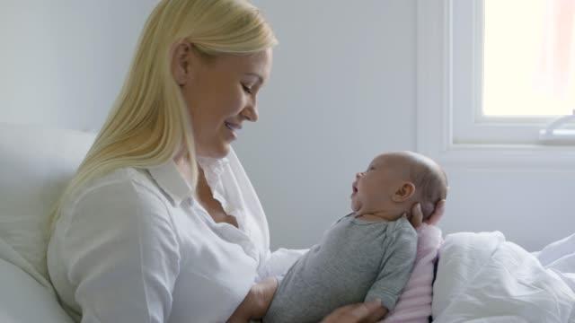 vídeos de stock e filmes b-roll de mother holding newborn baby. - bocejar