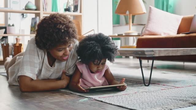 マザーホームスクーリング3歳の娘の技術について - アフリカ系カリブ人点の映像素材/bロール