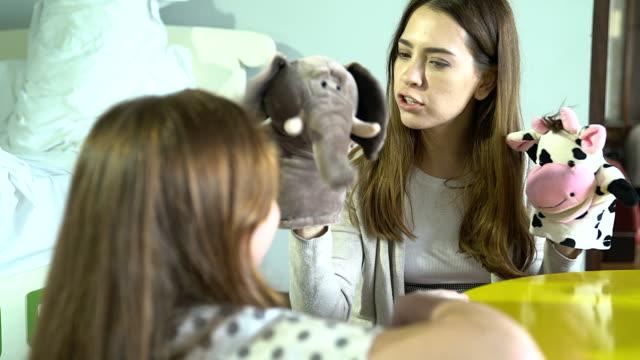vidéos et rushes de la mère joue à la main-stump avec sa fille dans une atmosphère confortable transmet la chaleur que la mère a pour la fille et d'augmenter la relation de la mère et l'enfant. - marionnette