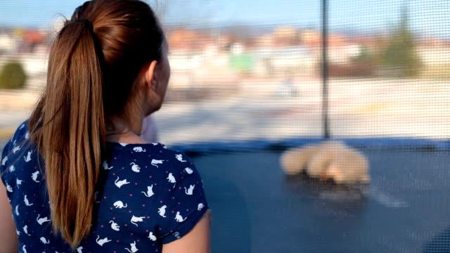 vidéos et rushes de la mère est chantant et applaudissant tandis que la petite fille est en cours d'exécution et la danse - dancing bear
