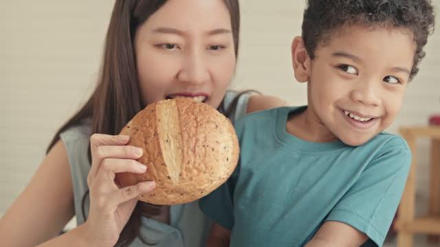 vidéos et rushes de slo mo mère essaie de nourrir son fils, gros plan - son