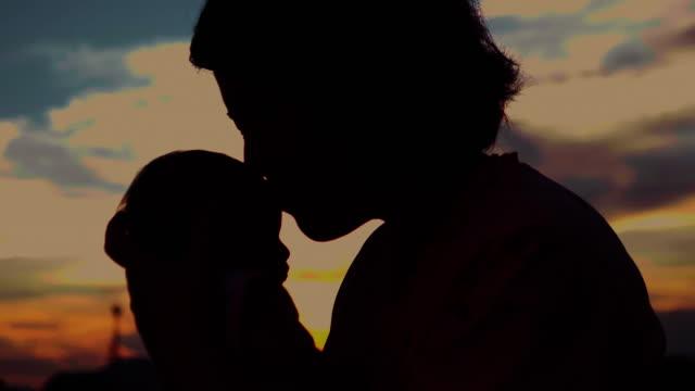 母の頬にキスの赤ちゃん - in silhouette点の映像素材/bロール