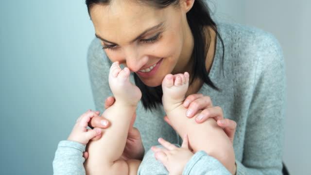 vidéos et rushes de cu td mother kissing baby son's (2-5 months) feet, brussels, brabant, belgium - 2 5 mois