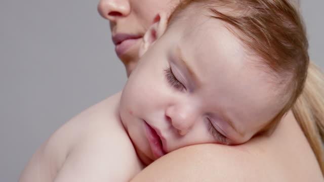 vídeos de stock, filmes e b-roll de mother kissing baby - 6 11 meses